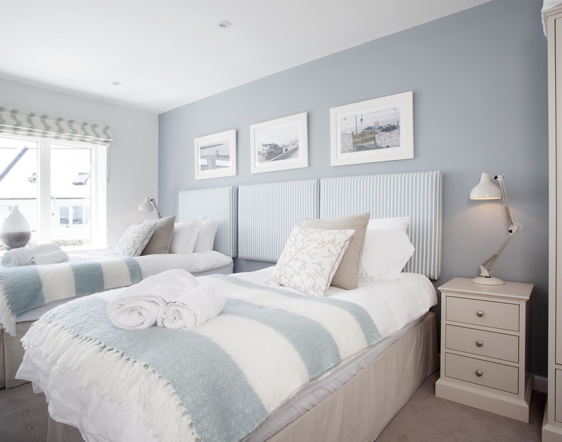 Relax in comfort and sleep well in the stylish twin bedroom at 5 The Sands, a coastal holiday house in Polzeath, Cornwall.