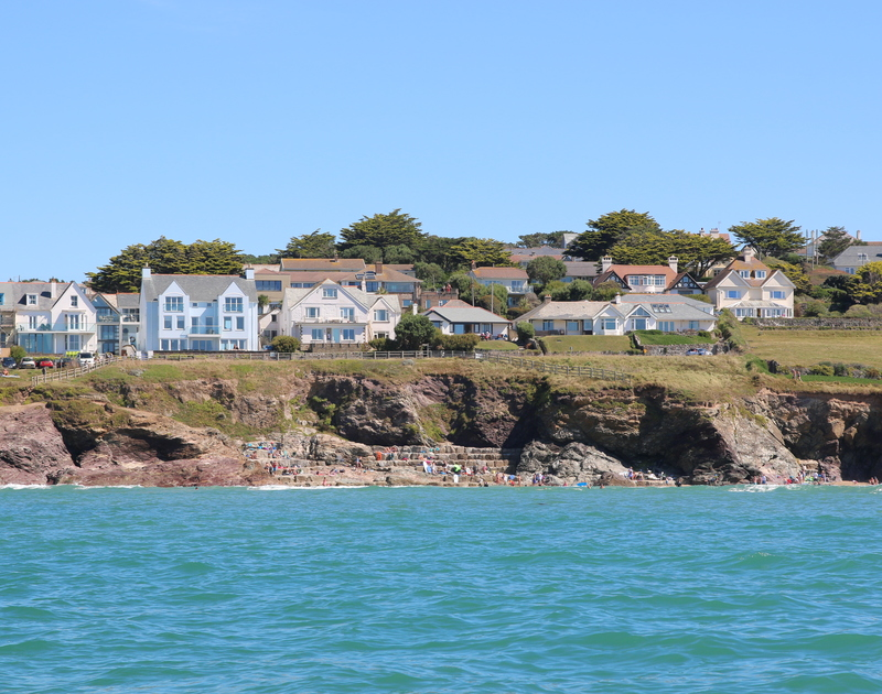 Low Cliff Cottage is placed along the sought after front row of New Polzeath above the beach with spectacular views and the relaxing sounds of the surf rolling in and out ceaselessly.