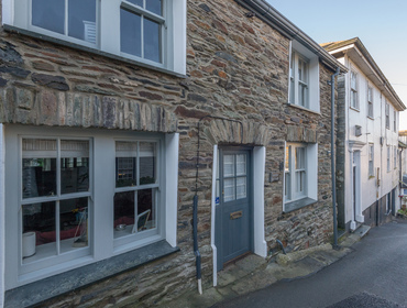 The attractive exterior of Kicker Cottage, a beautifully presented traditional fishermans holiday cottage in Port Isaac.