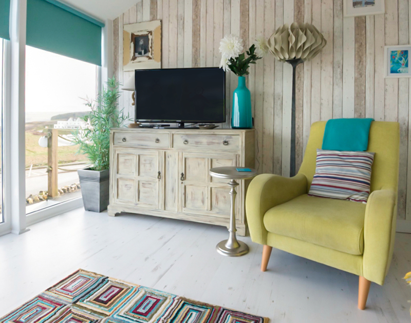 Seasoned cladding feature wall in The View, a contemporary self catering holiday home in Port Isaac, Cornwall.