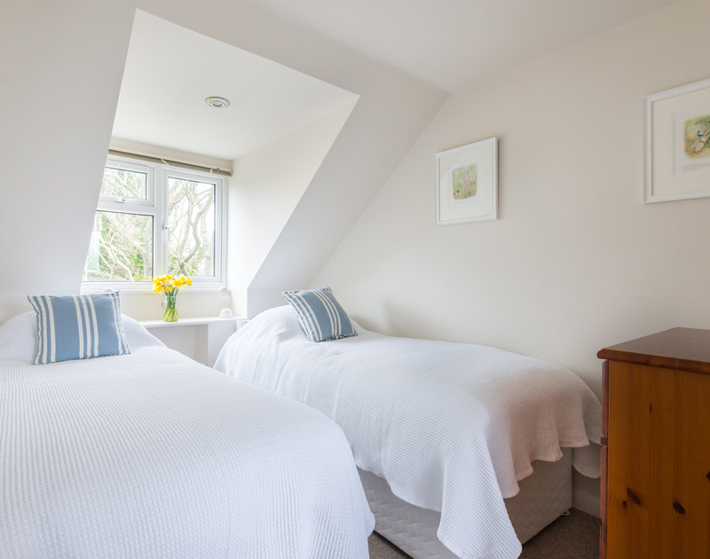 A first floor twin bedroom at Scarthoe, a holiday rental in Rock, Cornwall