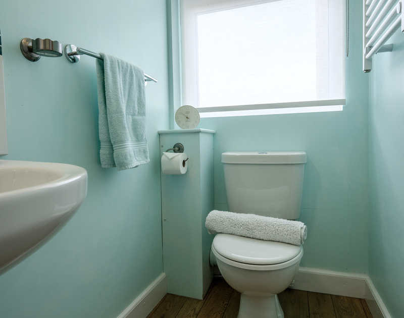 The master bedroom's ensuite at Tresawl, a self catering holiday house to rent in Epphaven on the North Cornish Coast.
