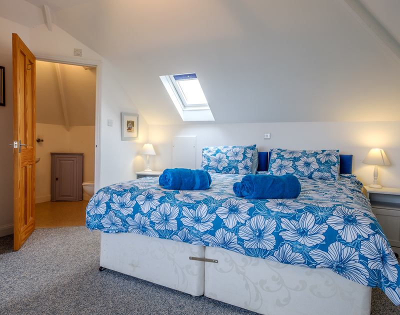 Another cheery zip and link double bedroom making a super king size bed with an ensuite at Tresawl