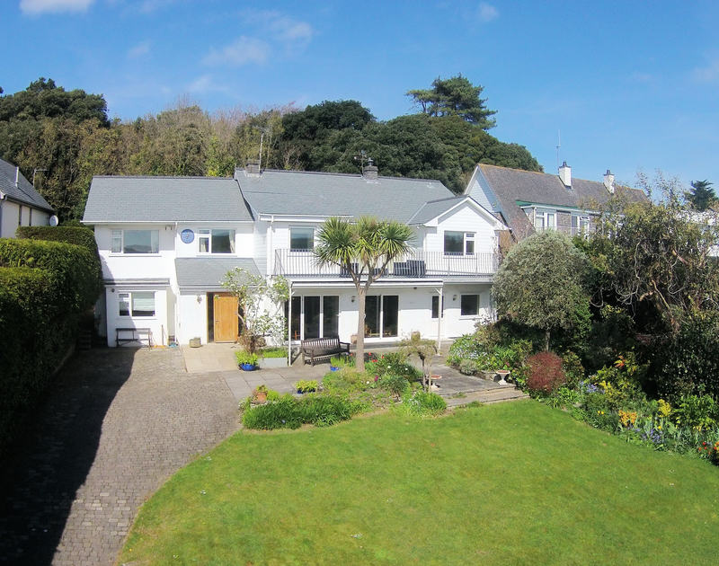 Greywings is a comfortable self-catering family holiday home on the north Cornwall coast at Rock, opposite Padstow