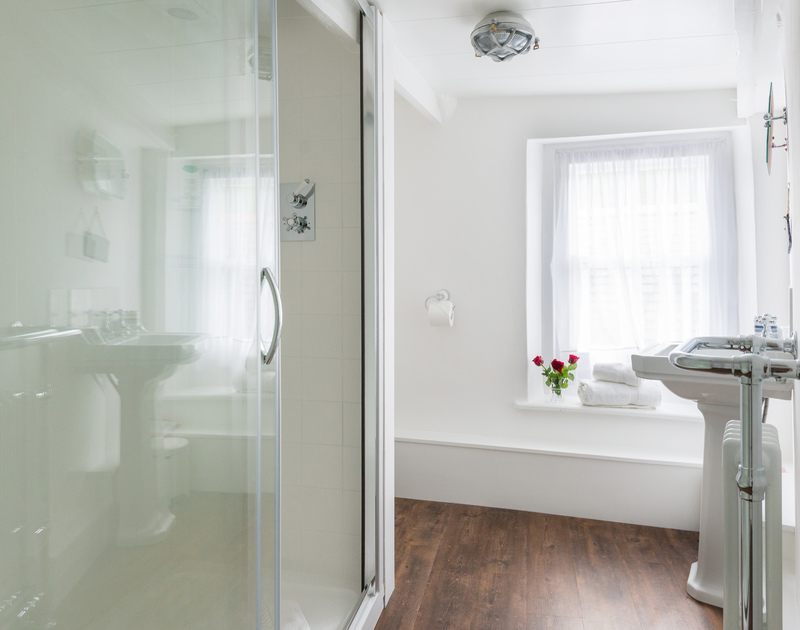 The double bedroom with ensuite shower room at Bre Cottage, holiday rental in Port Isaac