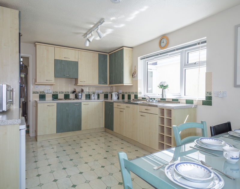 Holiday rental Caelum in Port Isaac, North Cornwall has a bright and spacious kitchen/dining room with dual aspect windows.