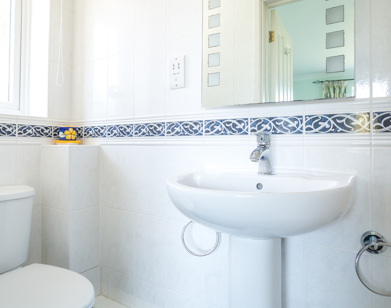 The bright shower ensuite in the twin bedroom at Higher Crawallis, a holiday house in Daymer Bay, North Cornwall.