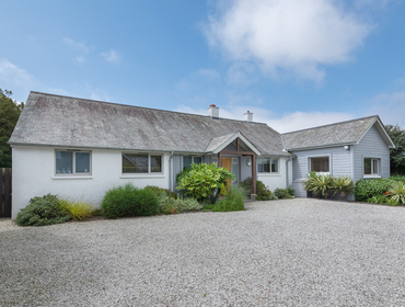 Attractive, slate roofed holiday property Penolver is peacefully situated close to the shops in Rock and a stroll away from the St Enodoc golf course.