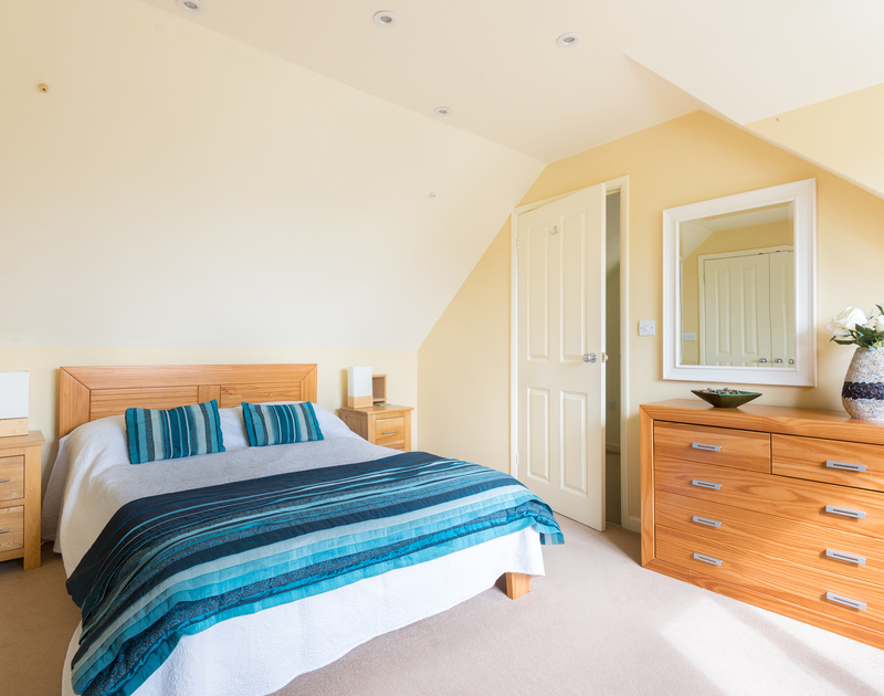 The double bedroom with en-suite at Silverdale, a property to rent in Rock, Cornwall.