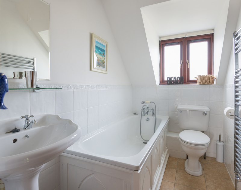 The bathroom of Gulls Cottage, a self-catering holiday house in Rock, Cornwall