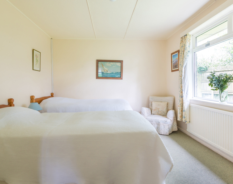 The pretty twin bedroom in Avoca, a self catering holiday rental in Rock, North Cornwall.