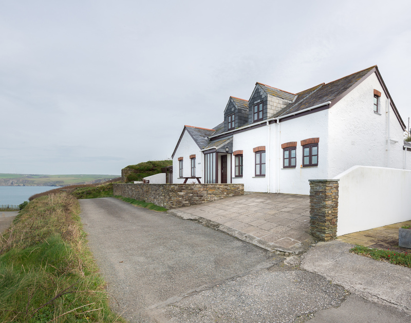 Detached, self catering holiday house Cliffside 1 is an aptly named property with superb panoramic sea views from its elevated position on the cliff top at Port Isaac.