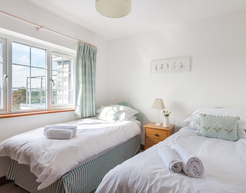 A restful twin bedroom at Hob House, a superb self-catering holiday house at Daymer Bay, Cornwall