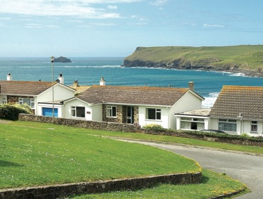 View of the outside of self-catering holiday let Zapadiah, in Polzeath, North Cornwall, with the ocean in the background.