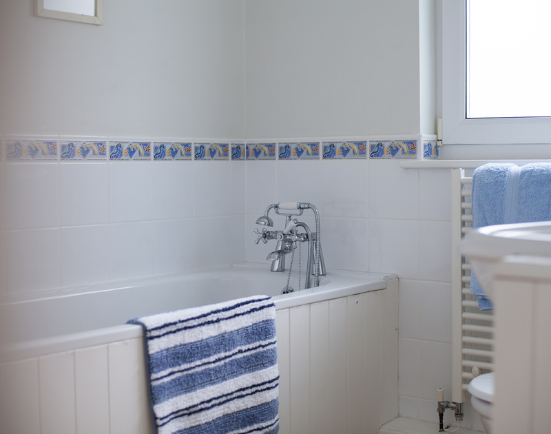 The ground floor family bathroom at Anchorage 4 has a coastal inspired theme.