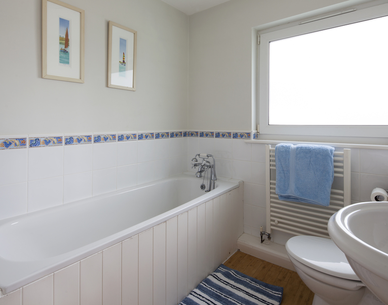 The ensuite master bathroom at self catering holiday house 4 The Anchorage in Rock, North Cornwall.