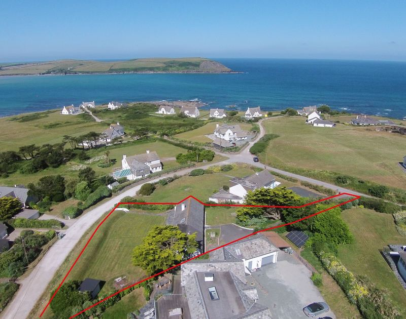A drones view showing the expanse of the self catering, holiday property Dolphins and its fantastic proximity to the Atlantic Ocean.