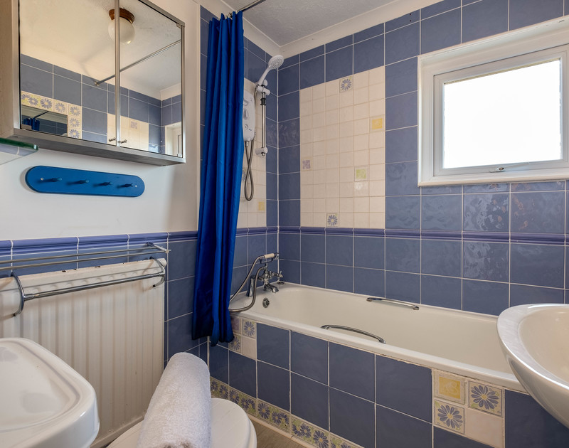 The family bathroom at Westpoint, a self catering, family holiday house to rent within walking distance of the beach, sea and surf at Polzeath in North Cornwall.