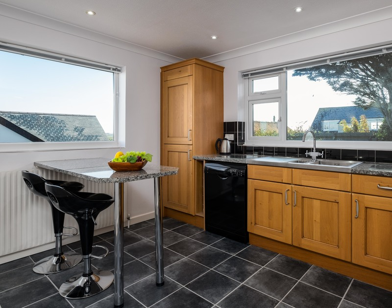 Convenient breakfast bar in the kitchen window at coastal holiday retreat Hillview located at Higher Tristram in Polzeath, Cornwall.