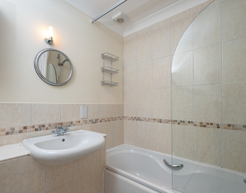 The family bathroom at self catering, holiday house Lowenna Manor 7, close to St Enodoc Golf Course in Rock, North Cornwall.