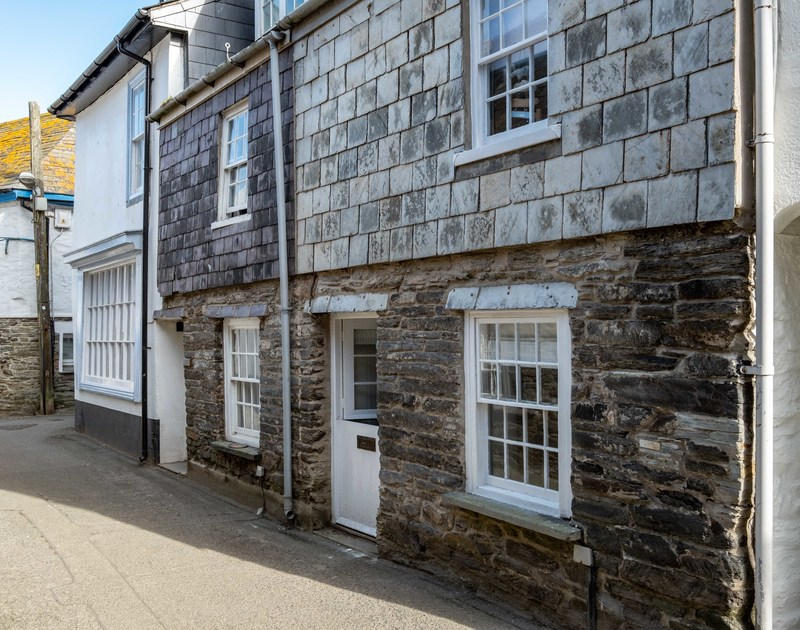 Traditional sash windows and the gorgeous part slate hung, stone exterior of Mobray, a self catering holiday cottage in Port Isaac.