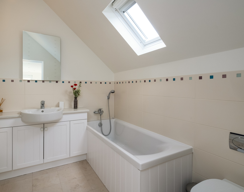 The twin bedroom ensuite bathroom at Out Of The Wind self catering holiday home in Rock, North Cornwall.