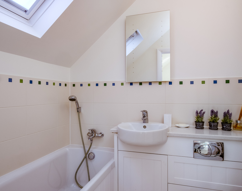 The king bedroom ensuite bathroom at Out Of The Wind self catering holiday home in Rock, North Cornwall.