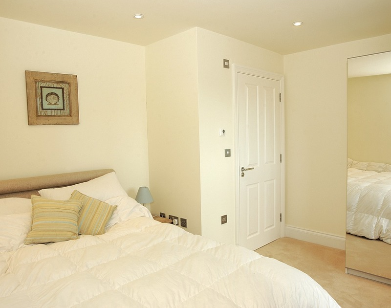 King size bedroom with en-suite and sea views at Rock Lobster, a self catering holiday house to rent in Port Isaac, Cornwall.