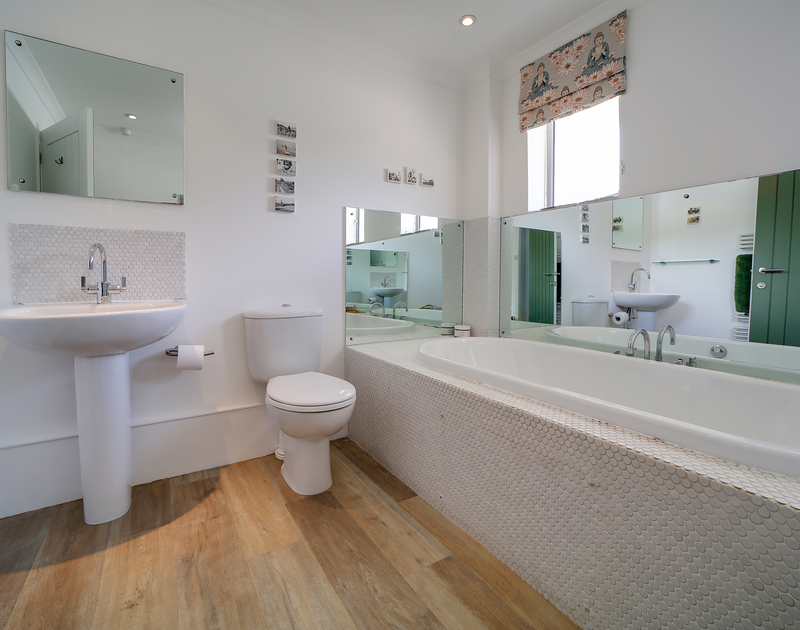 The family bathroom in Sandy Lodge holiday home in Daymer Bay.