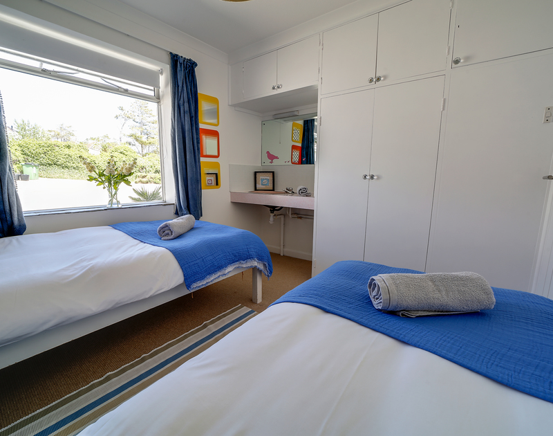 The twin room with sink in Sandy Lodge holiday home Daymer Bay.