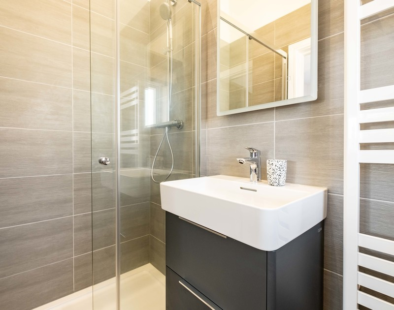 The double bedroom ensuite bathroom at Artemis self catering holiday home in Rock, North Cornwall.