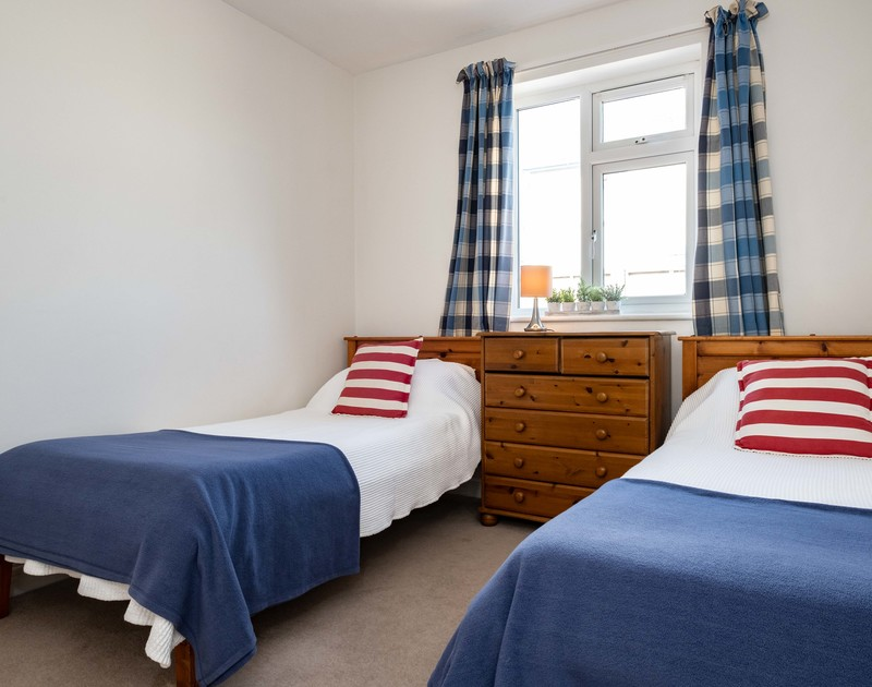 The second twin bedroom at Lerryn self catering holiday home in Rock, North Cornwall.