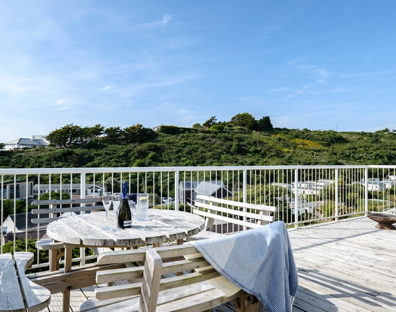The large outdoor seating on the elevated deck at Balderstone self catering holiday home in Polzeath.