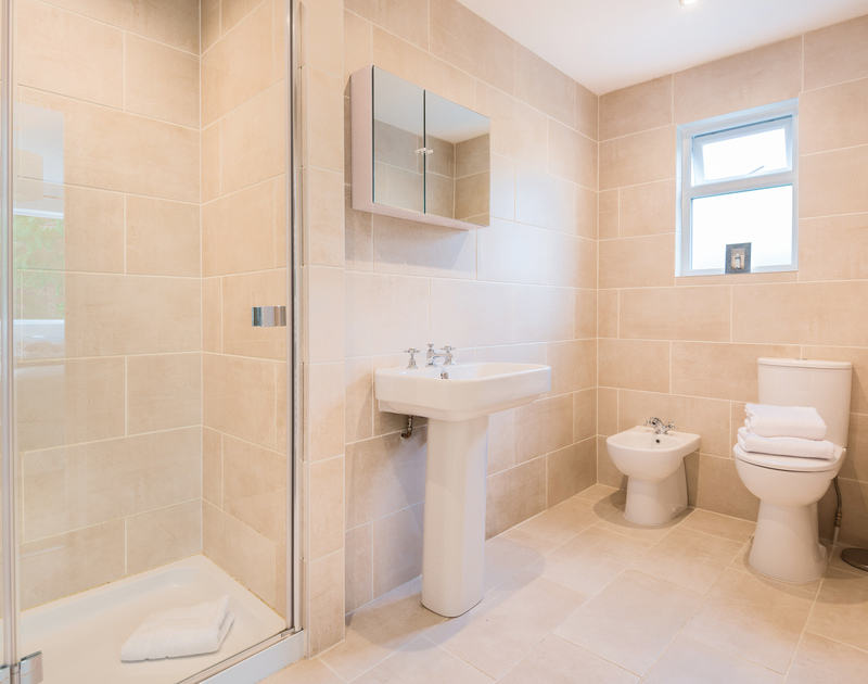 The master bedroom ensuite bathroom at Chimings self catering pet-friendly holiday home in Rock, North Cornwall.