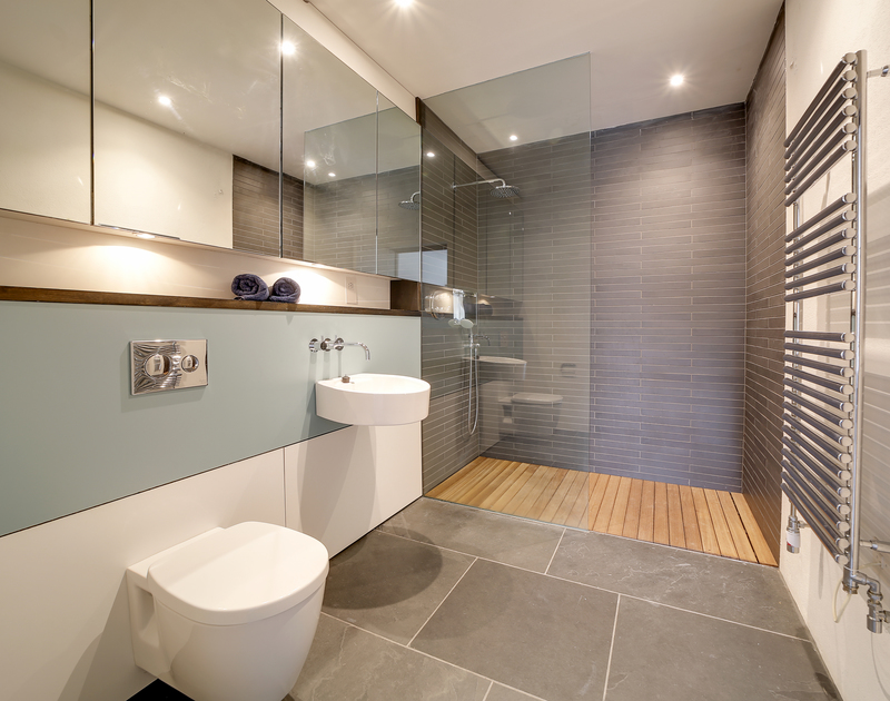 The super king ensuite bathroom at Tresithney self catering holiday home in Rock, North Cornwall.