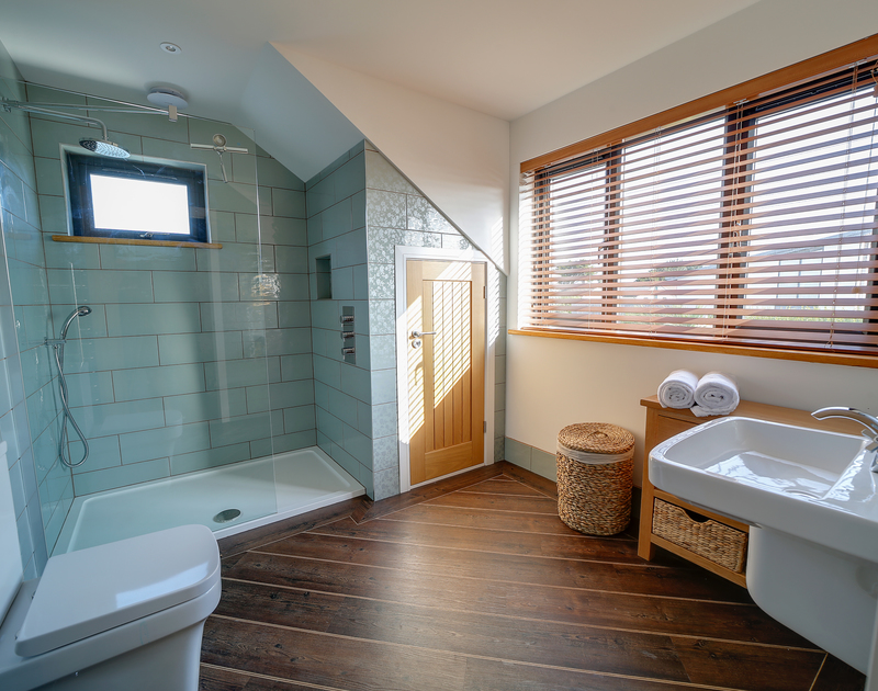 The master bedroom ensuite at Chy-An-Ros self catering holiday home in New Polzeath, North Cornwall.