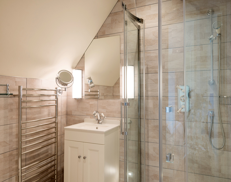 The twin bedroom ensuite bathroom at Greenaway Heights self catering holiday home in Daymer Bay, North Cornwall.