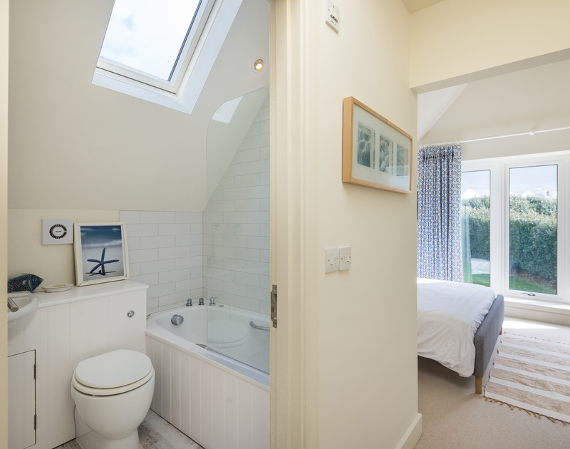 The double bedroom ensuite bathroom at Greenaway Heights self catering holiday home in Daymer Bay, North Cornwall.