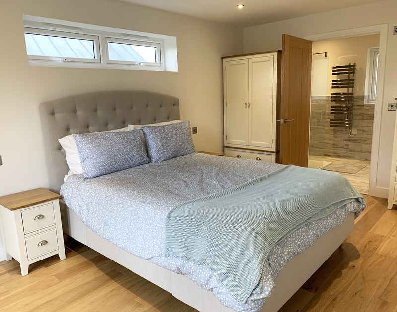 The master bedroom with ensuite at Barcelona self catering holiday home in Rock, North Cornwall.