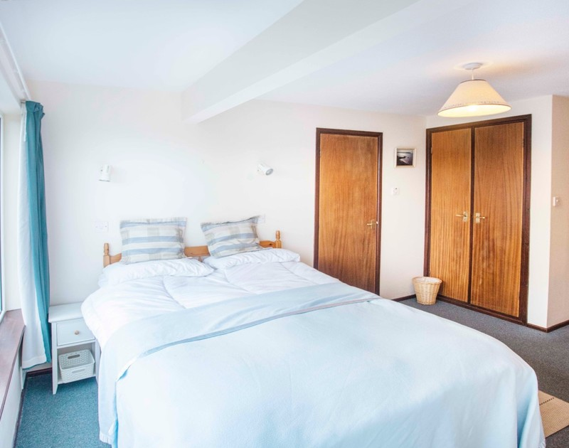 The king bedroom with en-suite at Millbank self catering holiday home in Polzeath, North Cornwall.