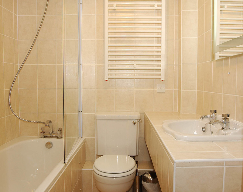 The fully tiled, modern bathroom of Slipway 9, holiday cottage in Rock, Cornwall