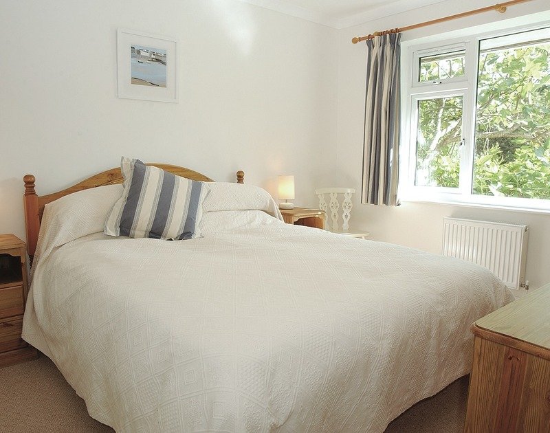 Kingsize double bedroom at Medway, a holiday house in Rock, Cornwall, with matching soft furnishings.