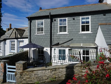 The sunny front of Kipper Cottage in Dolphin Street