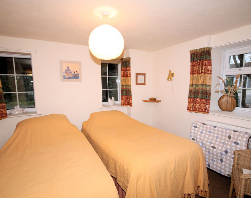 A twin bedroom in Little Pityme, a self catering holiday house to rent in Rock, North Cornwall.