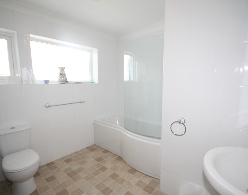 The bright, family bathroom in Tristram Steps, a self catering holiday rental in Polzeath, North Cornwall.