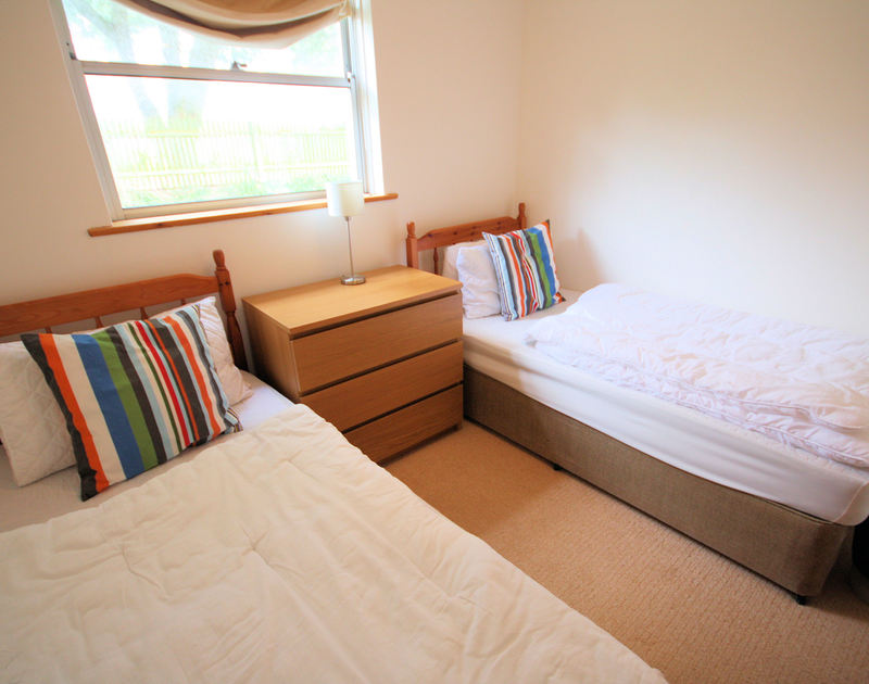 The second of two twin bedrooms in Slipway 15, a self catering holiday cottage to rent in Rock, Cornwall.