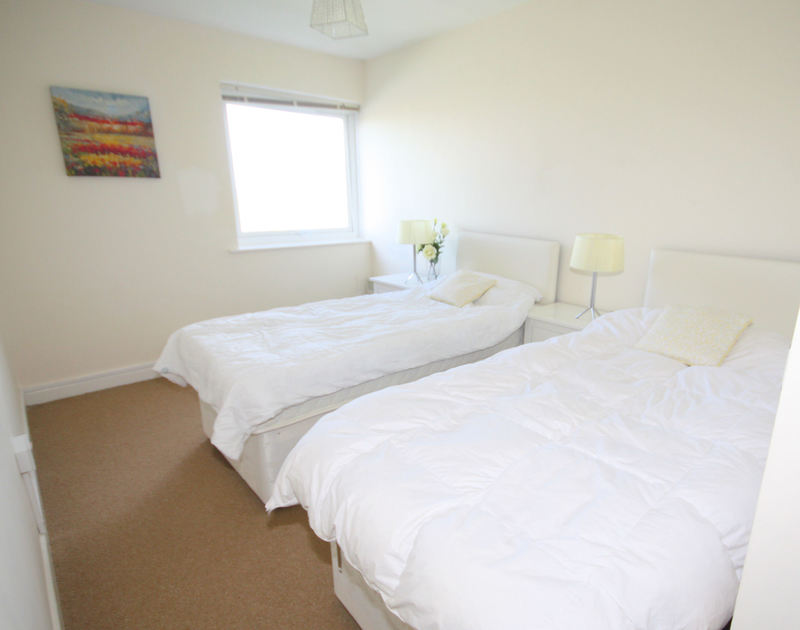 The twin bedroom of Westward 7, a self-catering holiday apartment in Polzeath, Cornwall