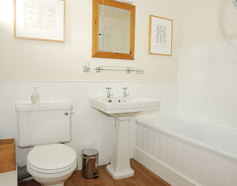 Attractive white bathroom suite in Brakestone Cottage, Port Isaac