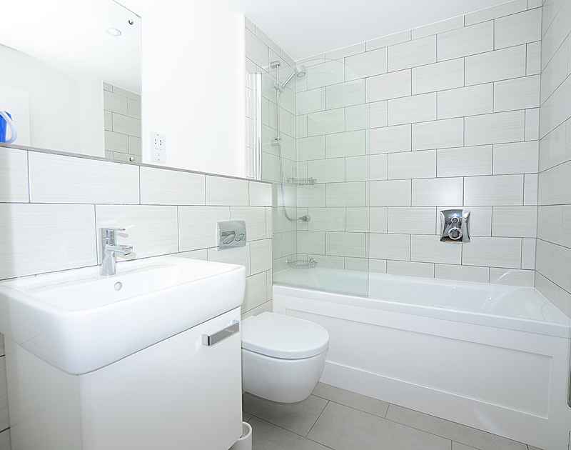 The contemporary master ensuite bathroom at The Beach Hut, a self catering holiday rental in Polzeath, Cornwall.