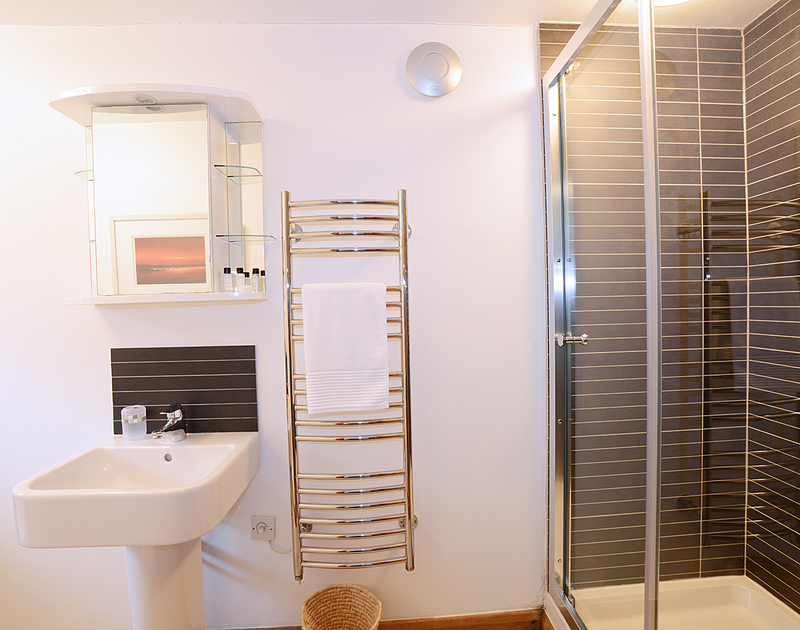 One of the smart, fresh en-suite shower rooms from 7, Sandy Hills, a family holiday rental in Rock, Cornwall.